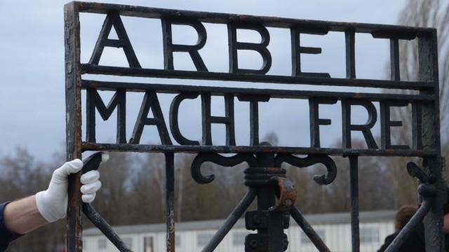 """Gedenkstätte: Die Aufschrift """"Arbeit macht frei"""" auf der Schlüpftür des Tores durch das Jourhaus verdeutlicht den menschenverachtenden Zynismus der Nationalsozialisten."""