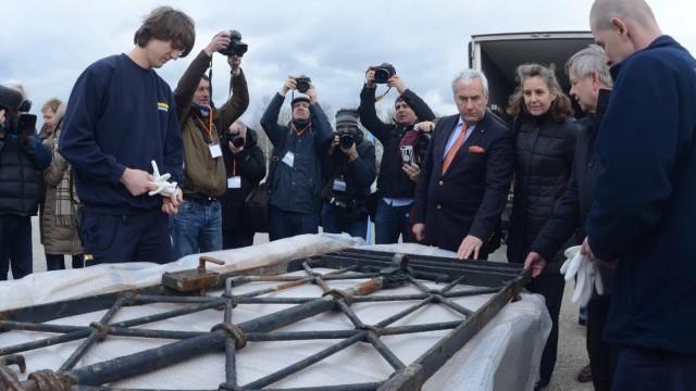 Gedenkstätte: Im Fokus der Medien: Kultusminister Spaenle, Gedenkstättenleiterin Hammermann und Stiftungsdirektor Freller begutachten das zurückgekehrte Tor.