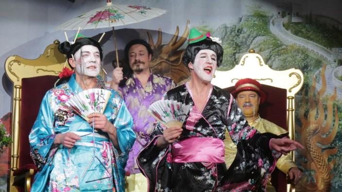 Moosburger Narren in Hochform: Die Geishas Mai Ling (Hans Kiermaier, links) und Mai Tai (Wolfgang Mehringer, Zweiter von rechts) tragen am Kaiserhof chinesisch-bayerische Gstanzln vor.