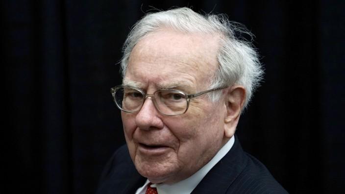 FILE PHOTO - Berkshire Hathaway CEO Warren Buffett plays bridge during the Berkshire annual meeting weekend in Omaha