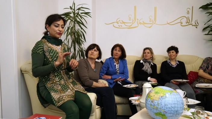 Private Führung: Vom Leben und der Kultur ihrer früheren Heimat Afghanistan erzählt Gulalai Ghauss bei einem Abend in ihrem Wohnzimmer ihren Gästen.