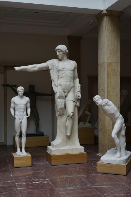 Alte Statuen neu präsentiert: 3,50 Meter hoch ist der Apoll in der Mitte der Skulpturengruppe, hier noch einzeln aufgestellt. Seine Botschaft: Ordnung statt Chaos.