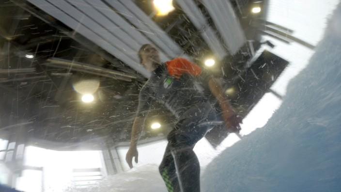 Jochen Schweizer: Auf der künstlichen Welle in der Jochen-Schweizer-Arena haben es Anfänger besonders leicht, das Surfen zu erlernen. Sie kann hoch und runter geregelt werden.