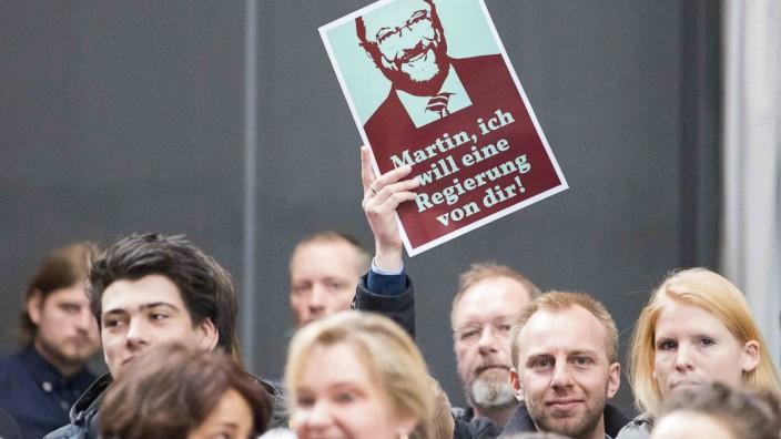 Ein Teilnehmer wuenscht sich eine Regierung mit Martin Schulz und hat ein witziges Plakat parat Kanz