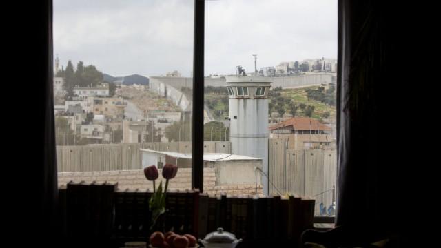 """Politische Kunst: Aus einem der Zimmer sieht man einen israelischen Wachturm. Das Managment des Hotels wirbt mit dem """"schlechtesten Ausblick der Welt""""."""