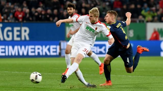 Martin Hinteregger FC Augsburg erzielt den Ausgleich Willi Orban RB Leipzig Deutschland Augsb