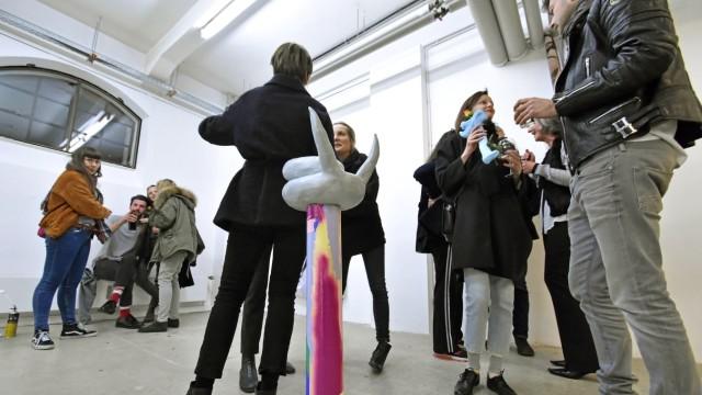 Schau: Auf großes Interesse stoßen die verschiedenen Kunstwerke der Akademiestudenten bei der Vernissage im Haus 10.
