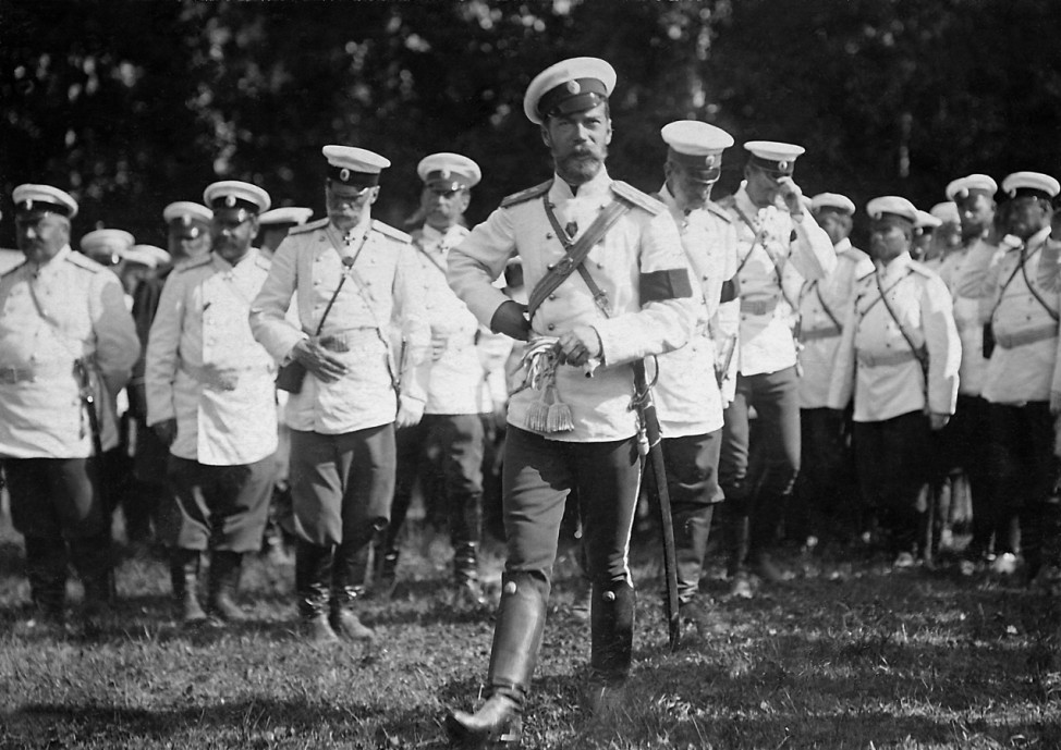 Zar Nikolaus II. während eines Manövers