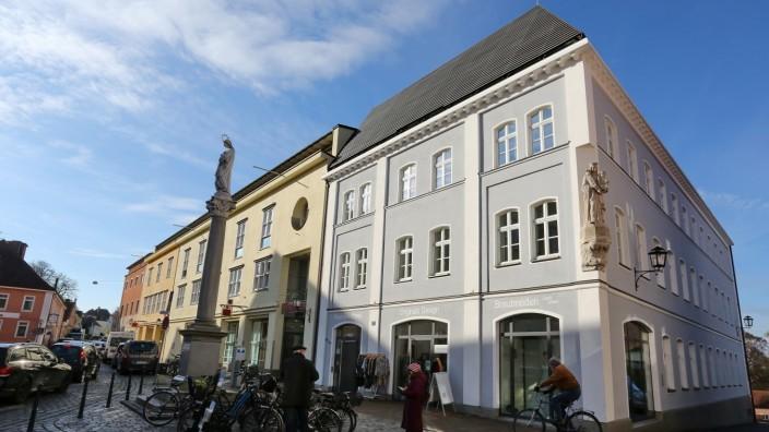 Ehemaliges Stadtcafé in Moosburger Altstadt: Schöne Häuser, bunte Fassaden: Das ehemalige Stadtcafé passt nach Ansicht mancher Bürger nicht ins Erscheinungsbild des Moosburger Stadtplatzes.
