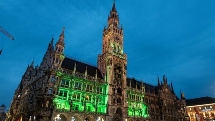 Grün beleuchtetes Rathaus am St. Patrick's Day in München, 2015