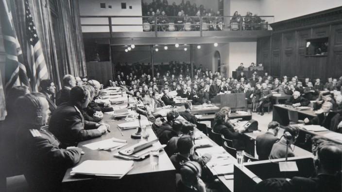 Übersetzer: Der amerikanische Armeefotograf Ray D'Addario dokumentierte den Verlauf des Nürnberger Prozesses. Die anspruchsvolle und fordernde Arbeit der Dolmetscher und Übersetzer beachtete er dabei besonders.