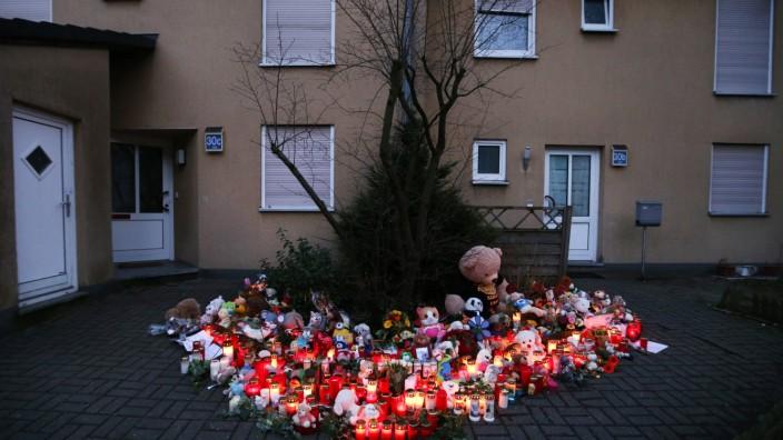 Nordrhein-Westfalen: Ein Meer aus Kerzen, Blumen und Stofftieren erinnert an den getöteten neunjährigen Jungen.