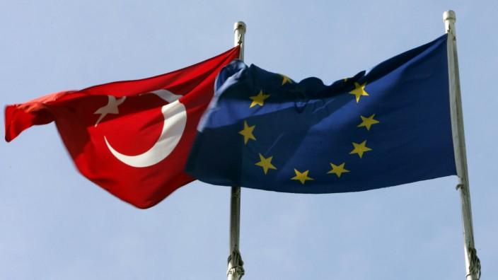 Die türkische Flagge weht neben der EU-Fahne.