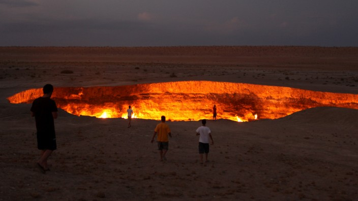 Derweze or Darvaza, aka as the Door to Hell is a huge crater of burning natural gas in the Kara-kum desert in Turkmenistan.. Image shot 08/2009. Exact date unknown.; Tor zur Hölle turkmenistan