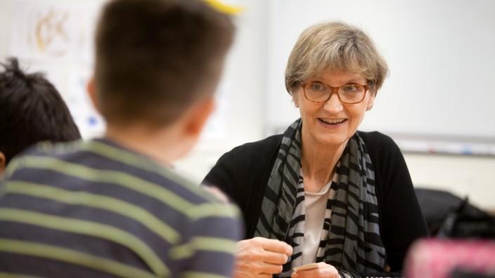 Karin Aßhoff an der Volksschule an der Weilerstraße. Sie leitete früher eine Förderschule und hilft heute ehrenamtlich Flüchtlingskindern beim Deutschlernen