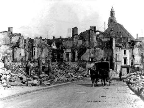 Eine Pferdekutsche fährt 1916 durch die Trümmer von Verdun