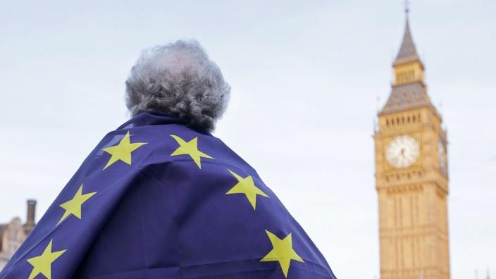 Ausstieg aus der EU: Ein Brexit-Gegner mit EU-Flagge um die Schultern gewickelt blickt in Richtung Big Ben.