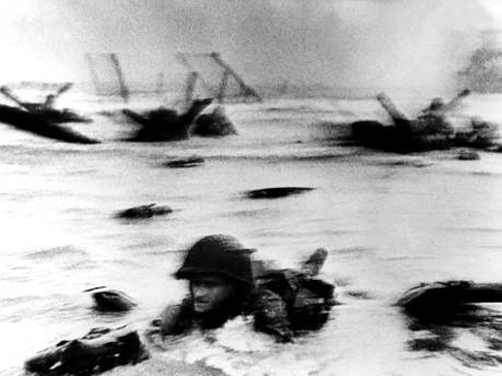 Robert Capa: Landung alliierter Truppen am 6. Juni 1944 in Omaha Beach