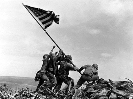 Hissen der US-Flagge auf Iwo Jima im Pazifik 1945