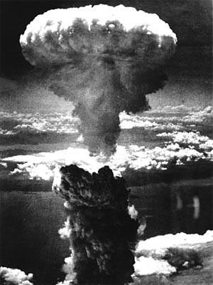 Explosion der Atombombe: Rauchwolke über der japanischen Stadt Nagasaki 1945