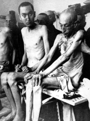 überlebende Häftlinge nach der Befreiung des Konzentrationslagers Auschwitz durch die Rote Armee 1945