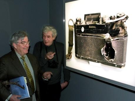 Die Fotografen Horst Faas und Tim Page bei der Ausstellung A far war