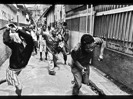 James Nachtwey: Man wird in Indonesien durch die Straßen gejagt