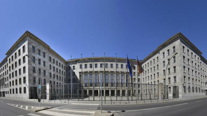 Der neue Finanzminister Olaf Scholz holt mit Jörg Kukies einen umstrittenen Staatssekretär ins Haus.