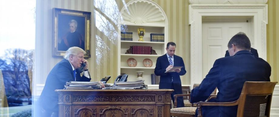Personalprobleme im Weißen Haus: Donald Trump sucht dringend neue Leute - und findet sie nicht. Immerhin telefoniert er hier auf einer Festnetzleitung.
