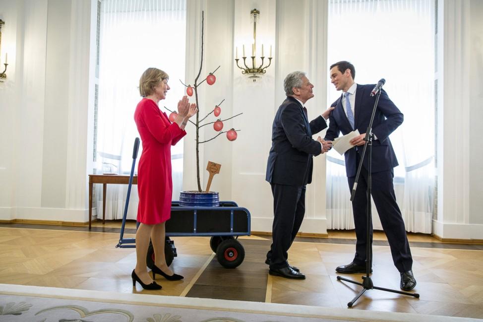 Bundespräsident Gauck erhält von Mitarbeitern ein  Apfelbäumchen