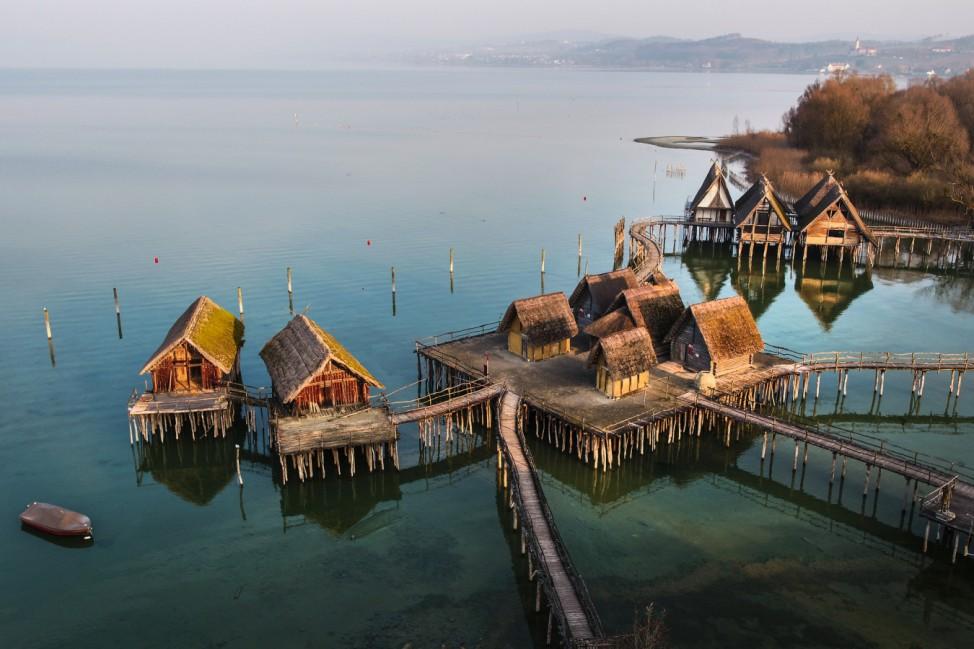 Die Pfahlbauten am Ufer des Bodensees sind Nachbauten der Steinzeit-Häuser.