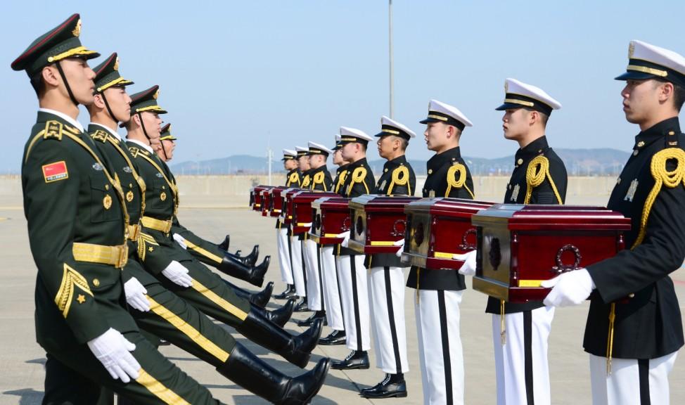 Übergabe von Gebeinen von gefallenen Soldaten