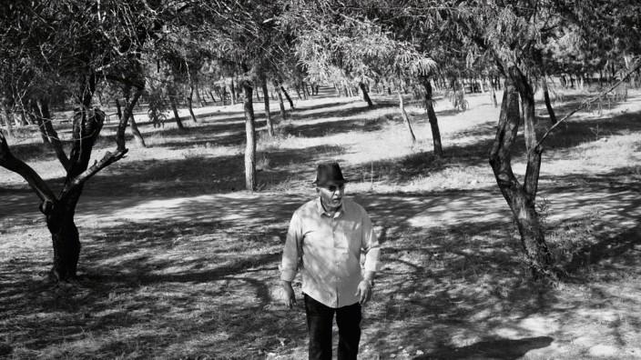 Umsiedelung arabischer Beduinen: Awad Abu-Freih will sich niemals damit abfinden, dass der deutsche Wald seiner Familie ihr Land nimmt.