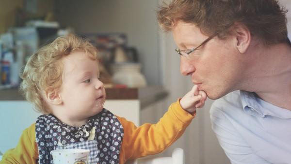 Baby und Vater beim Essen