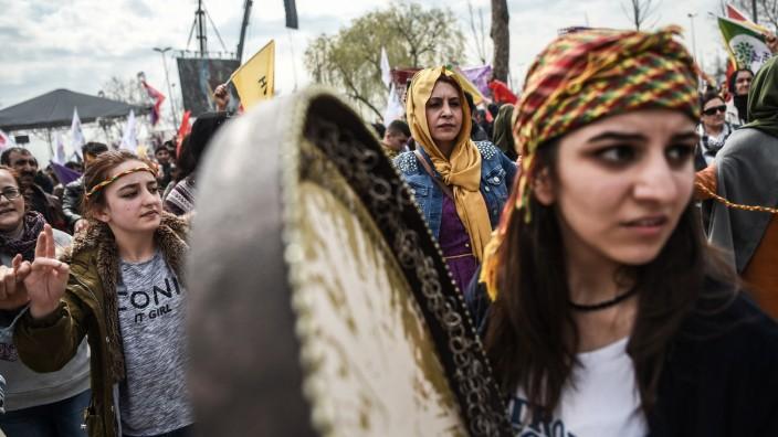 Türkei: Türkische Kurdinnen auf dem kurdischen Neujahrsfest in Istanbul