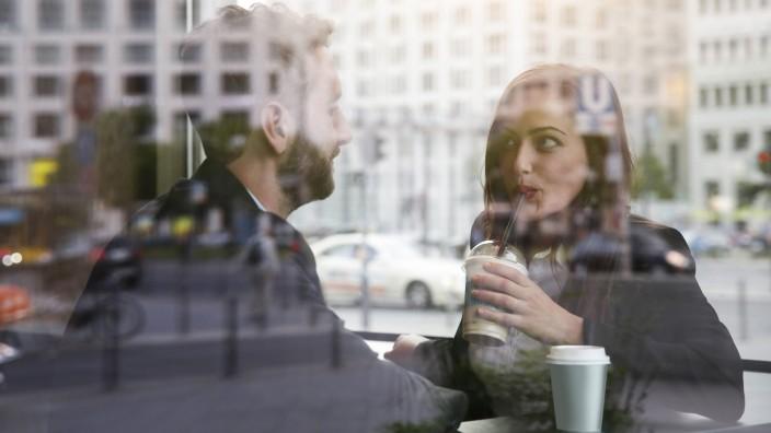 Businessman and businesswoman in a cafe model released Symbolfoto PUBLICATIONxINxGERxSUIxAUTxHUNxONL