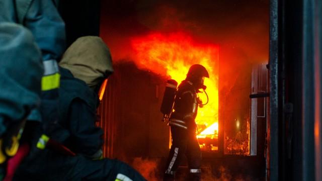 Kinderfeuerwehr: Bei einer Übung 2013 lernten die Poinger Einsatzkräfte der Feuerwehr, wie man sich bei einer Rauchgasexplosion richtig verhält.