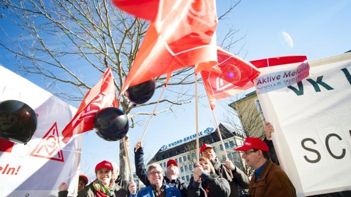 Knorr-Bremse: Demonstration am Stammsitz in München: Knorr-Bremse verlangt unbezahlt Mehrarbeit und baut seinen Standort Berlin um.