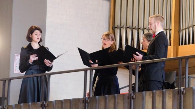 Konzert in Geretsried: Mehr denn je kam es bei den vielstimmigen Werken auf jeden einzelnen Sänger, jede einzelne Sängerin an.