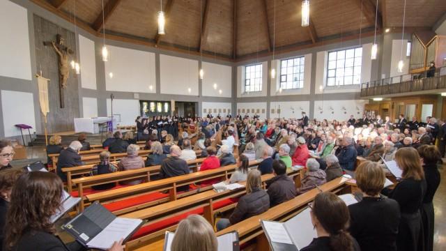 Konzert in Geretsried: So wurde der Kirchenbau in die musikalische Gestaltung mit einbezogen.