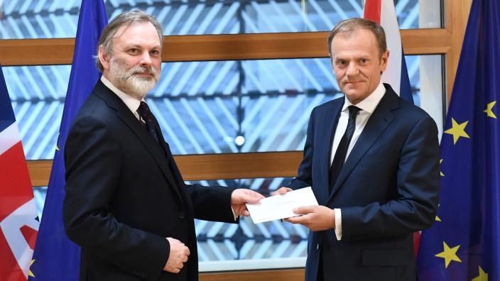 EU: Nun ist es soweit: Der britische EU-Botschafter Sir Tim Barrow übergibt Donald Tusk den Brief mit dem offiziellen Austrittsgesuch Großbritanniens.