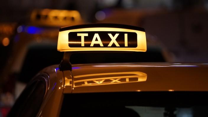 Prozess: Ein Taxi steht in der Schlange - bereit für Kundschaft.