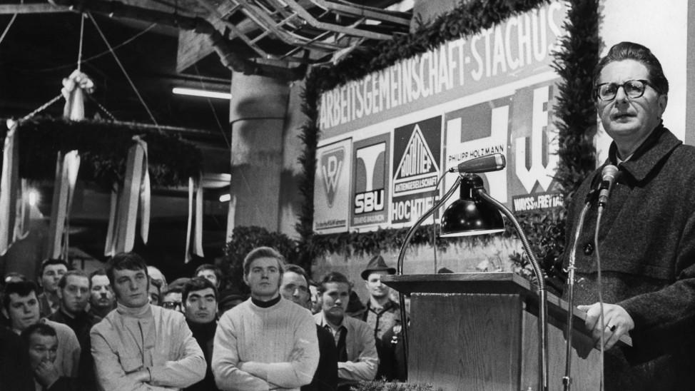 Hans Jochen Vogel beim Richtfest im Stachus-Untergeschofl in M¸nchen, 1970