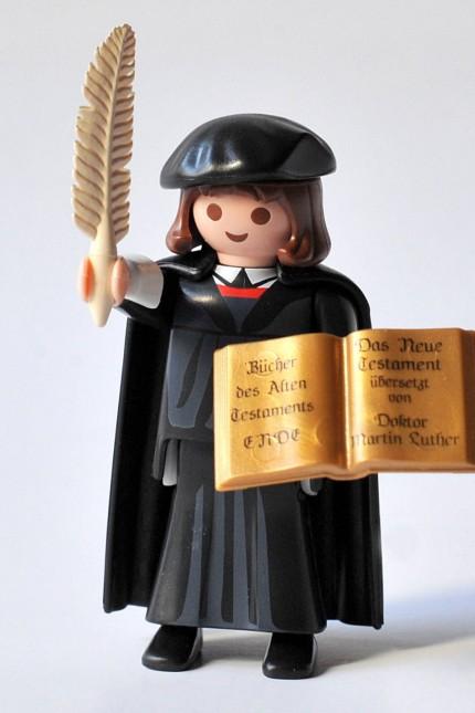 Eine 7 5 Zentimeter kleine Martin Luther Spielfigur von Playmobil ist neuer Werbebotschafter fuer Re