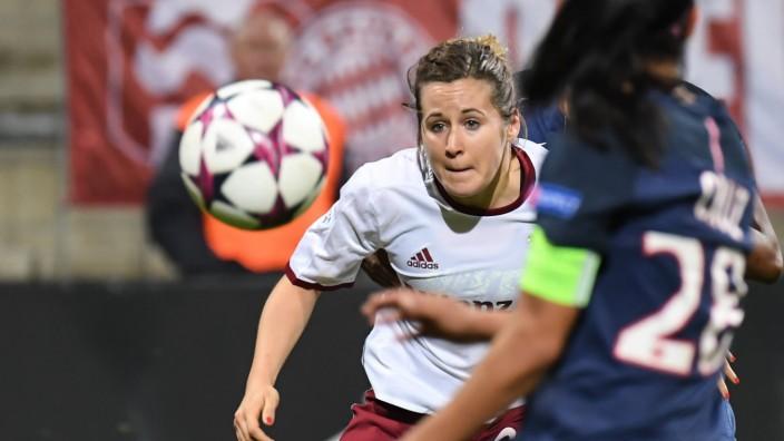 v li Nicole Rolser FC Bayern München FCB 29 hat den Ball im Visier Fussball UEFA Women s Cha; Fußball