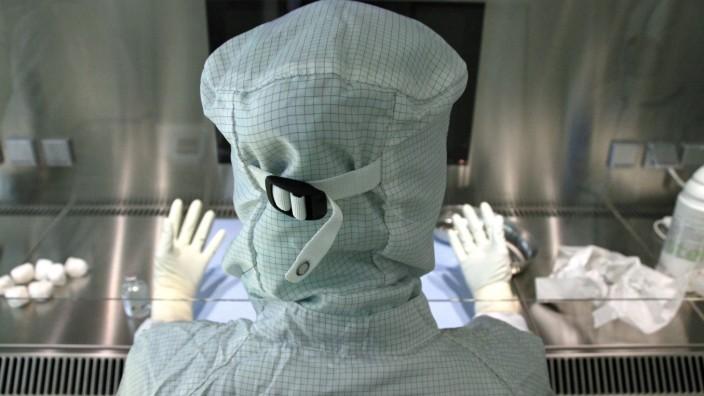Medizin: Bis zur Unkenntlichkeit vermummt sind die Mitarbeiter des Reinraumlabors im Landshuter Klinikum. Das soll zum einen die Krebsmittel gegen Verunreinigungen schützen. Zum anderen können Zytostatika bei Menschen ohne Tumorerkrankung Krebs auslösen - und das schon in kleinsten Mengen.