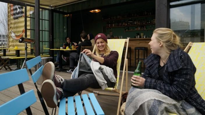 Bar of Bel Air: Wenn's auf der Terrasse zu kalt wird, muss man längst noch nicht heimgehen. Dann werden erst einmal die Decken ausgepackt.