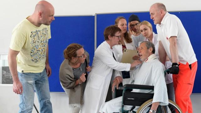 Theaterstück: Aufregung in der Klinik: ein Psychopath weilt unter den Patienten.