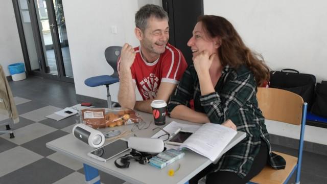 Theaterstück: Das Regie-Duo Werner Högel und Stephanie Brack genießt die Probe trotz düsterer Thematik.