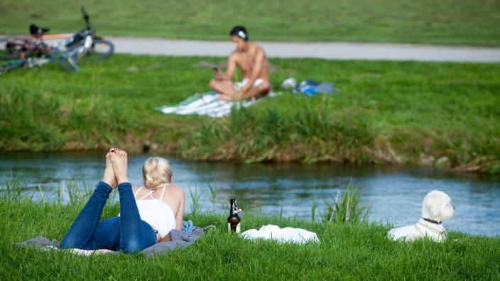 Erholung am Eisbach im Englischen Garten in München, 2014